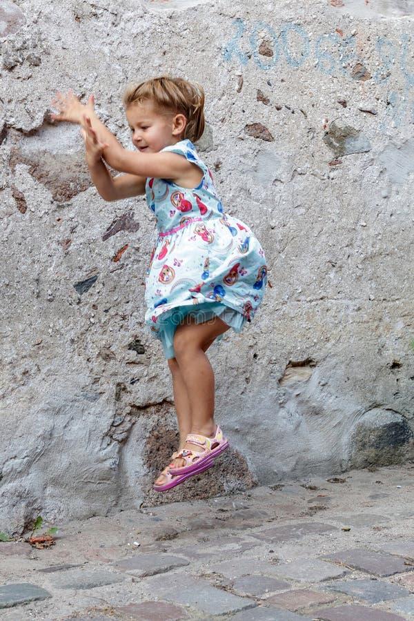 Lilla flickan poserar för fotograf royaltyfria foton