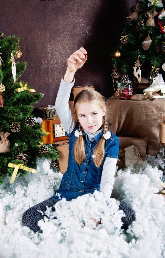 Lilla flickan rymmer fejkar snö arkivbilder