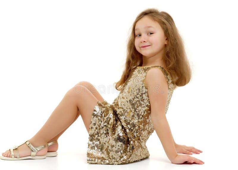 Lilla flickan sitter på golvet royaltyfri foto