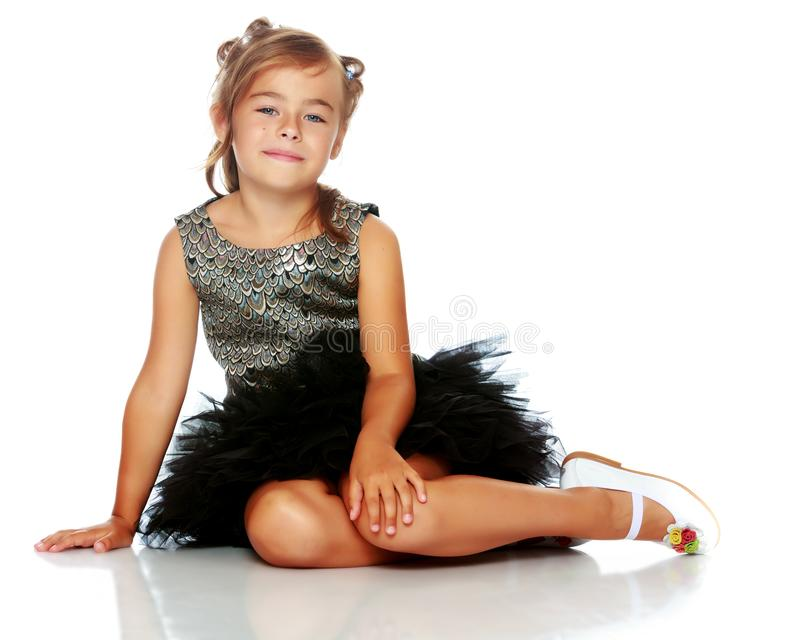 Lilla flickan sitter p? golvet fotografering för bildbyråer
