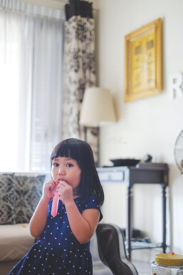 Lilla flickan som har en lokal, gjorde glass royaltyfri foto