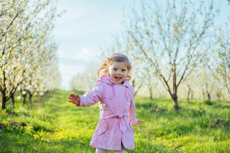 Lilla flickan som kör i solig dag för vår Bearbeta för konst royaltyfri bild