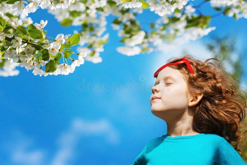 Lilla flickan stängde henne ögon och andas den nya luften i PA arkivbilder