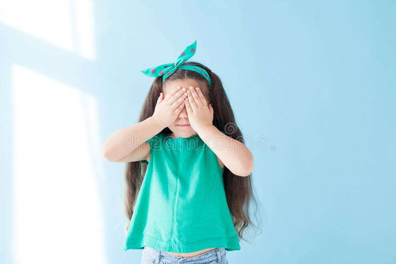 Lilla flickan stänger sig som, ser ögat inte arkivbild