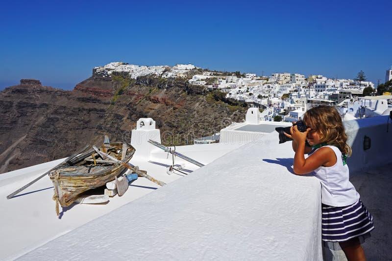 lilla flickan tar bilder av härliga sikter av Santorini royaltyfri fotografi