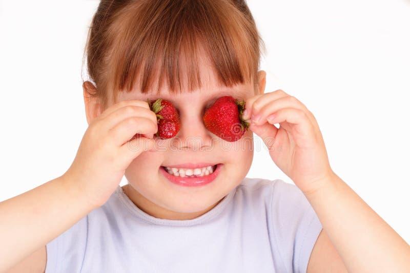 lilla jordgubbar för rolig flicka royaltyfria bilder