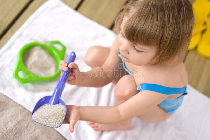 lilla leka toys för strandflicka royaltyfri foto
