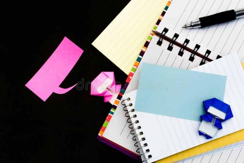 Lilla Ninja Kids Are Helping din arbete eller studie arkivfoto