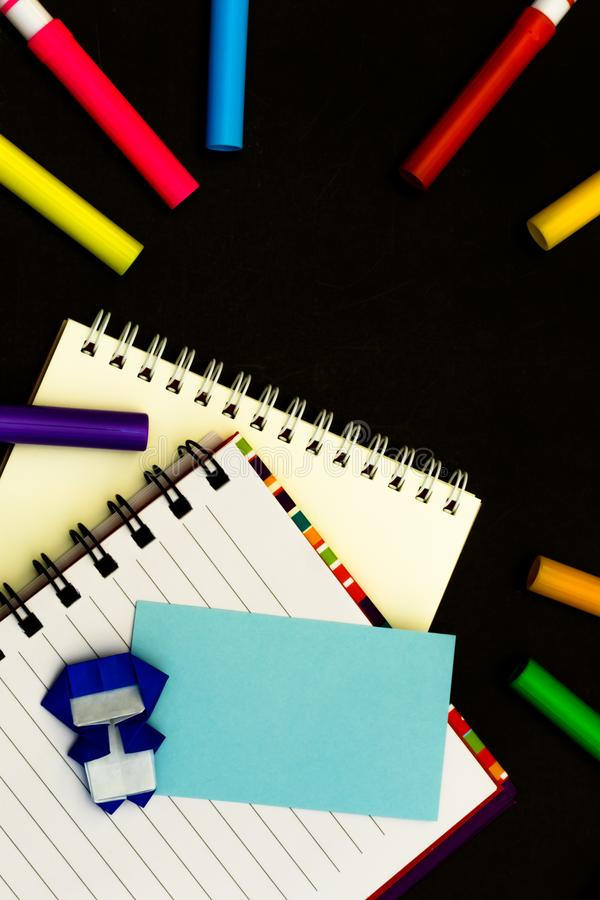 Lilla Ninja Kids Are Helping din arbete eller studie arkivbild