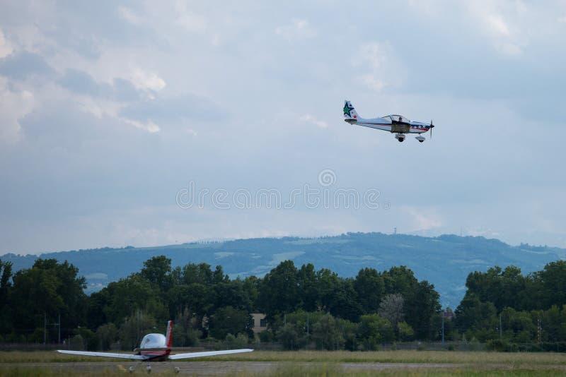 Lilla och ljusa vita Piper Aircraft Preparing för att landa arkivfoto