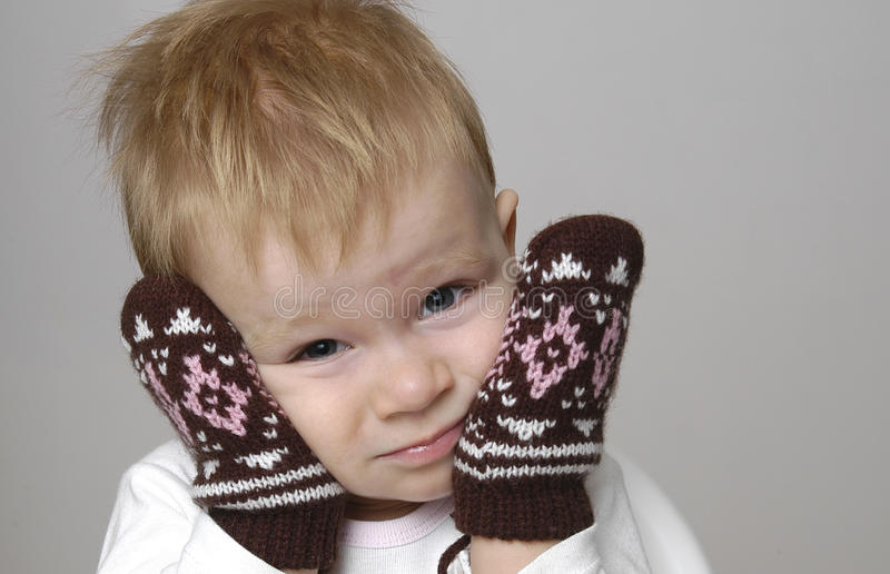 lilla pojkemittens fotografering för bildbyråer