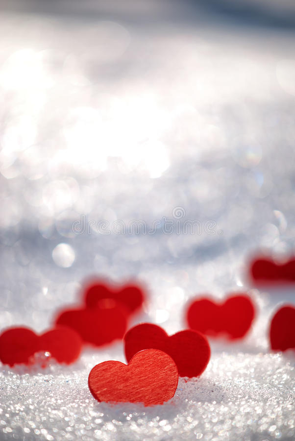 Lilla röda hjärtor på snow royaltyfri fotografi