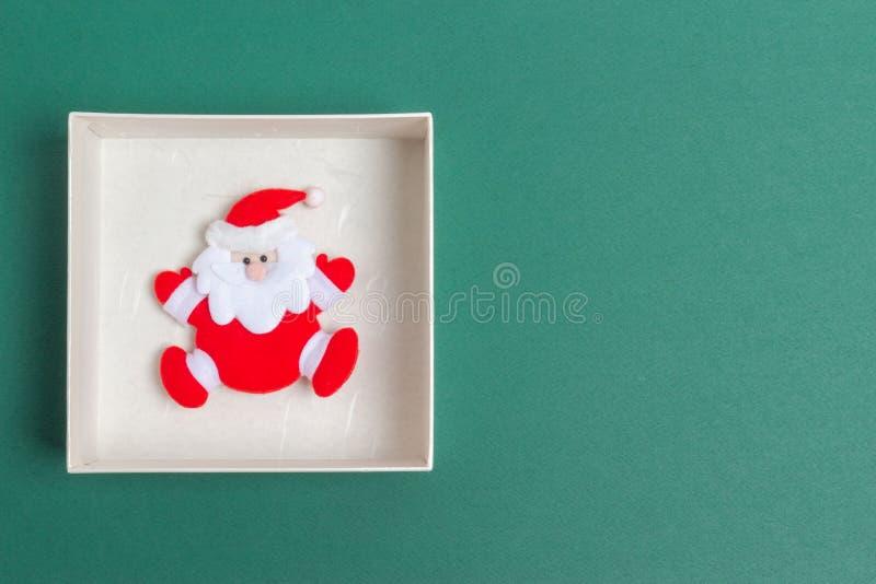 Lilla Santa Claus i en juldagengåvaask royaltyfria foton