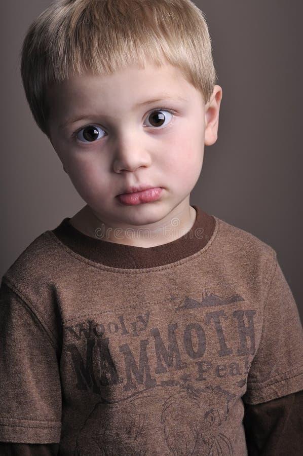 lilla stående för pojke arkivfoto