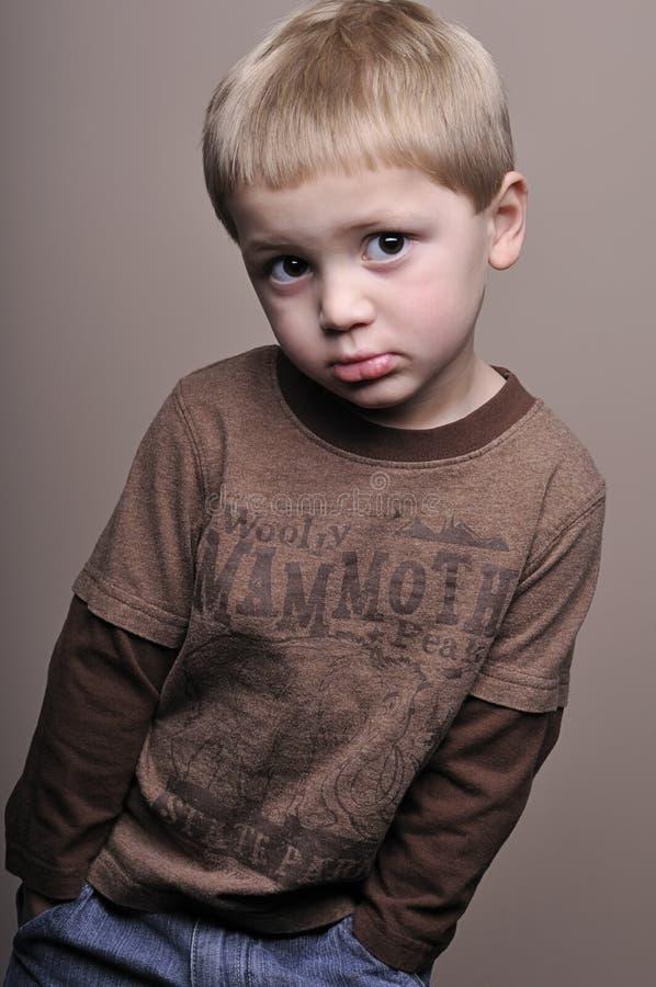 lilla stående för pojke arkivbild