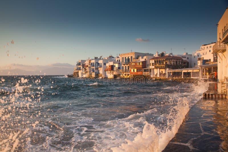 lilla venice p? solnedg?ngen, mykonos, Grekland - lyxig loppdestiation - grekiska ?ar royaltyfri bild