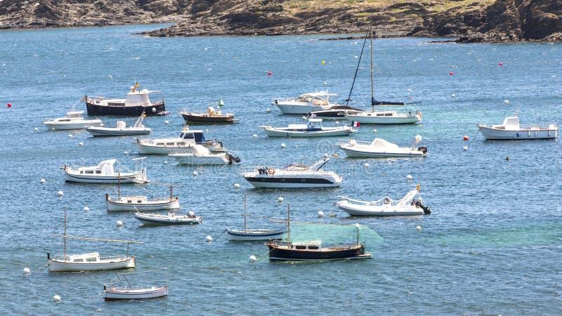 Lilla viken med små fartyg i Cadacez, Spanien arkivfoton