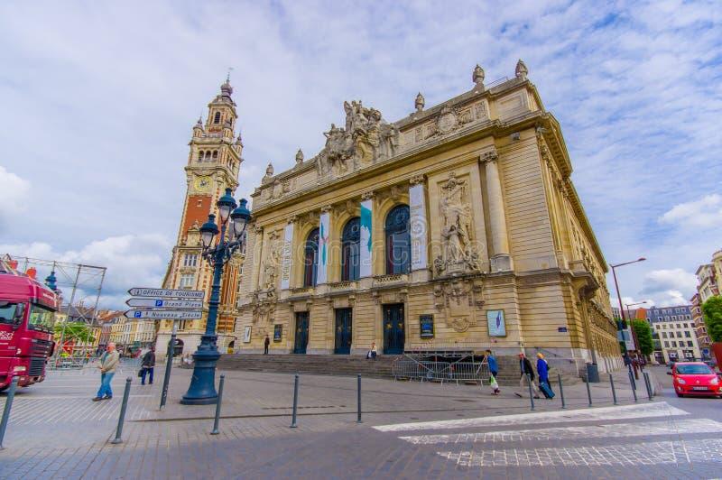 Lille, França - 3 de junho de 2015: Construção principal da ópera, construção de pedra bonita com as estátuas realmente agradávei imagens de stock royalty free