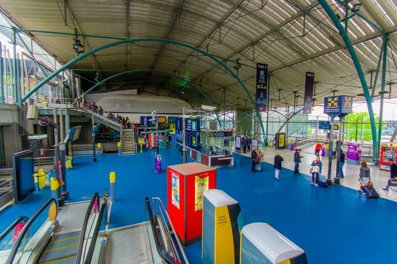 Lille, França - 3 de junho de 2015: Estação de estrada de ferro principal interna Lille da sala Europa, viajantes que andam ao re fotos de stock