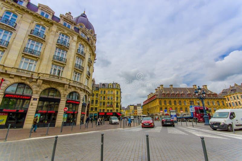 Lille, França - 3 de junho de 2015: Rua secundária do lugar bonito grandioso com suas construções encantadores e tradicional fotografia de stock
