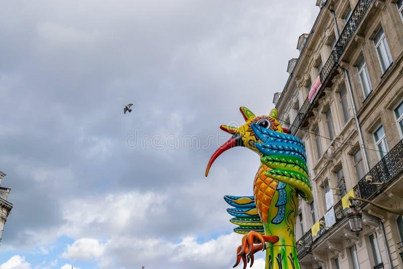 Lille, 04,2019 Frankrijk-Mei: Kleurrijke cijfers aangaande de straten van Lille De parade opent het vijfde seizoen van Lille 3000 stock foto