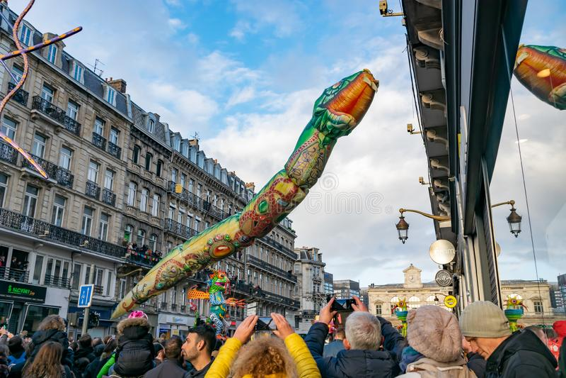 Lille, 04,2019 Frankrijk-Mei: Mensen in Carnaval-kostuums op Eldorado Lille 3000 parade royalty-vrije stock foto's