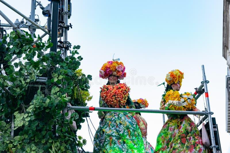 Lille, 04,2019 Frankrijk-Mei: Vrouwen in Carnaval-kostuums, de Mexicaanse traditie op Eldorado Lille 3000 parade stock foto's