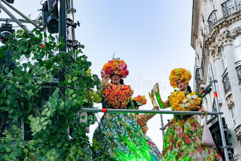 Lille, 04,2019 Frankrijk-Mei: Vrouwen in Carnaval-kostuums, de Mexicaanse traditie op Eldorado Lille 3000 parade stock afbeelding