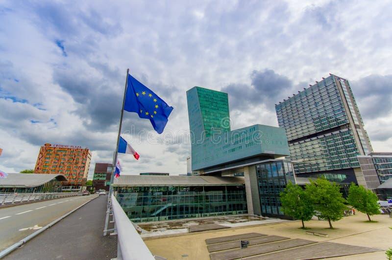 Lille Frankrike - Juni 3, 2015: Modern arkitekturjärnvägstation Lille Europa med dess easyily igenkännliga form, EU royaltyfria bilder