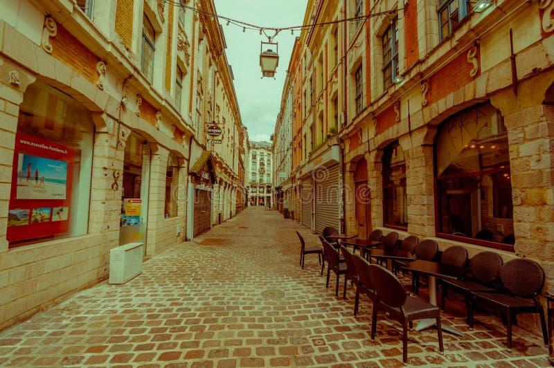 Lille Frankrike - Juni 3, 2015: Sidogata från det traditionellt härliga stället som är stort med dess charmiga byggnader och royaltyfri foto
