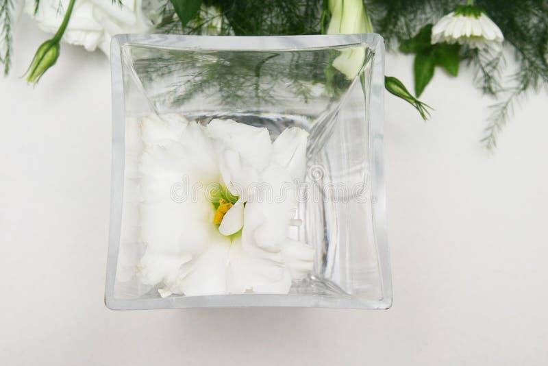 Download Lilly λευκό στοκ εικόνες. εικόνα από τραπεζομάντιλο, vase - 115640