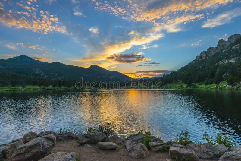 Lilly Lake en la puesta del sol - Colorado fotografía de archivo
