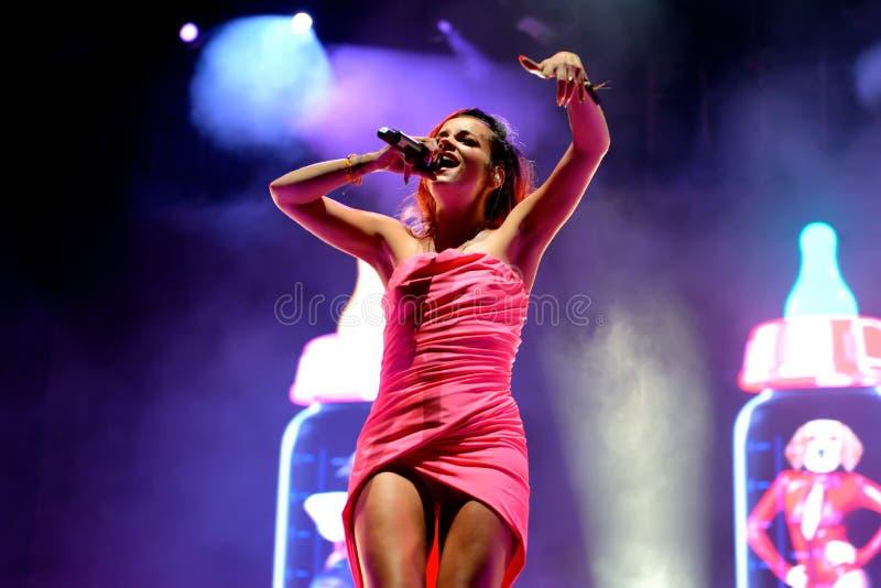 Lily Allen (cantante famoso) se realiza en el festival de la BOLA fotografía de archivo libre de regalías