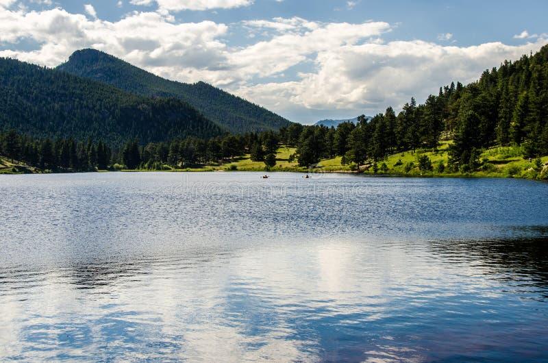 Lily Lake Rocky Mountain National parkerar den Colorado slingan fotografering för bildbyråer