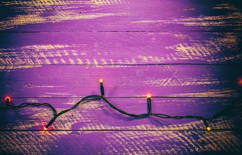 Lily podławy drewniany tło z elektryczną girlandą obrazy royalty free