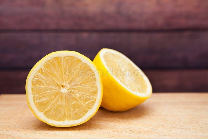 Limão amarelo no fundo de madeira, citrinos tropicais como o alimento saudável foto de stock