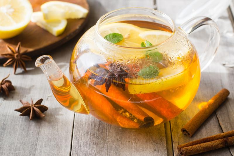 Limão, canela, anis da estrela, chá da hortelã foto de stock