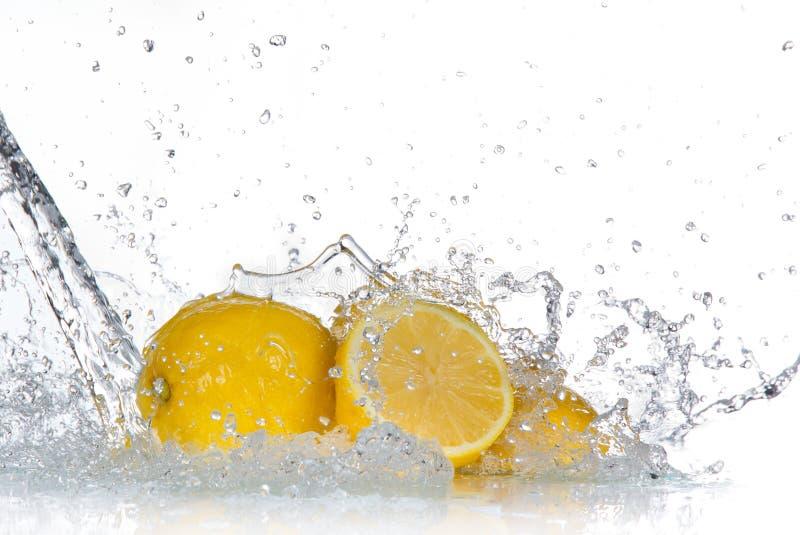Limão com respingo da água foto de stock royalty free