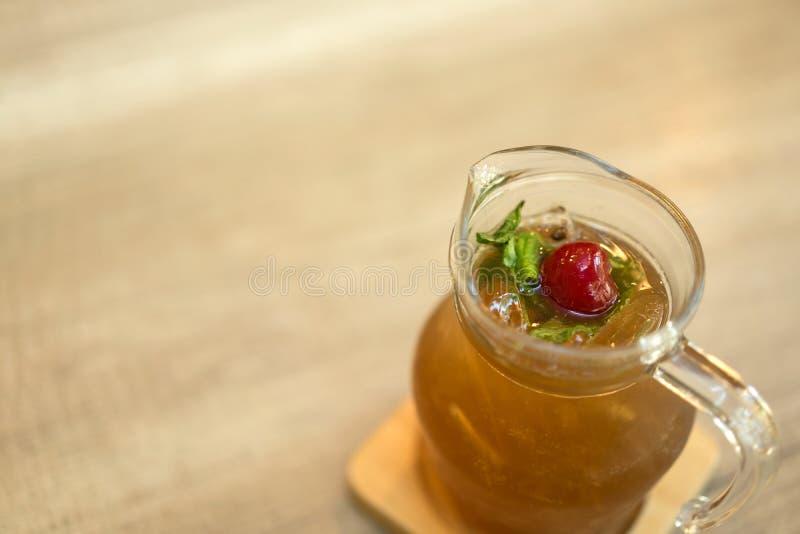 Limão congelado com suco e erva do mel na tabela imagem de stock