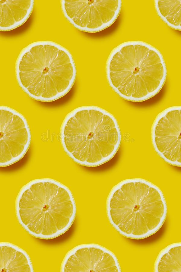 Limão cortado fresco no fundo amarelo, teste padrão infinito imagem de stock royalty free