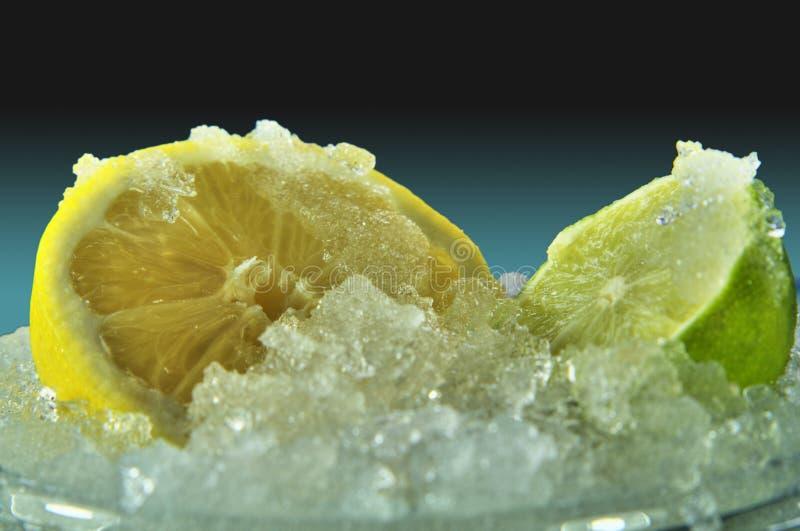 Limão e cal no gelo fotos de stock royalty free