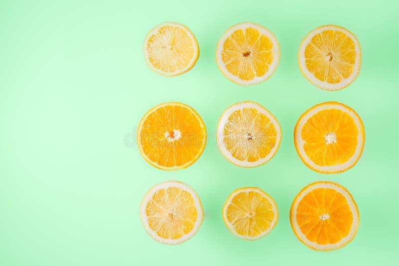 Limão e fatias alaranjadas na luz - opinião superior do fundo azul fotos de stock royalty free