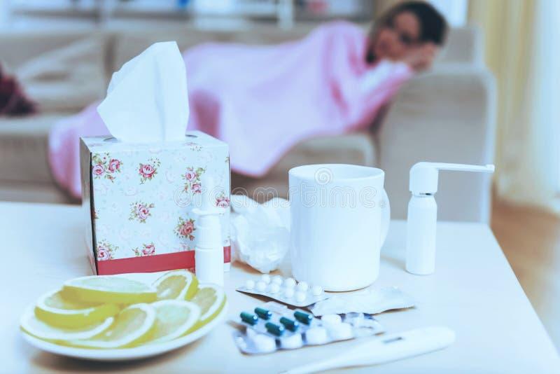Limão e guardanapo do chá dos comprimidos fotos de stock