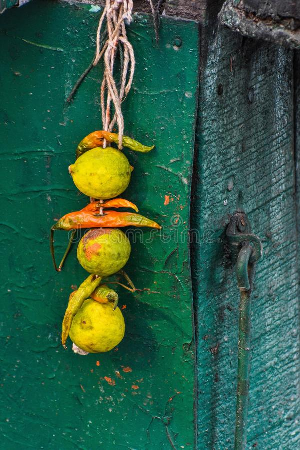 Limão e pimentões amarrados junto com uma linha, igualmente conhecida como o totka ou o battu de nazar fotos de stock royalty free