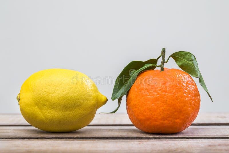 Limão e tangerina na tabela de madeira foto de stock royalty free