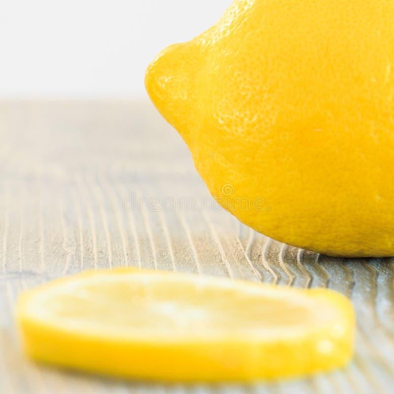 Limão e uma fatia de limão imagens de stock royalty free