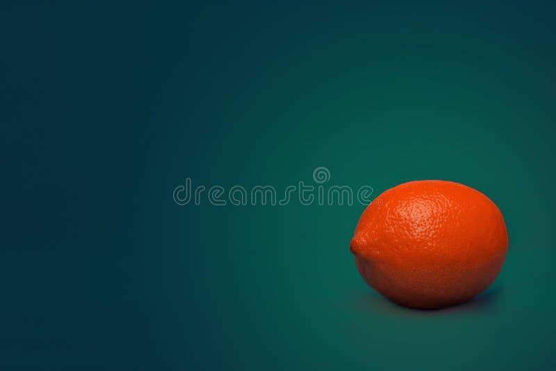 Limão em um fundo verde saturado foto de stock