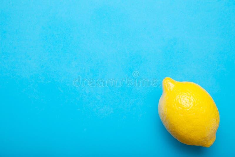 Limão fresco em um fundo azul, no conceito da desintoxicação e em um estilo de vida saudável fotos de stock