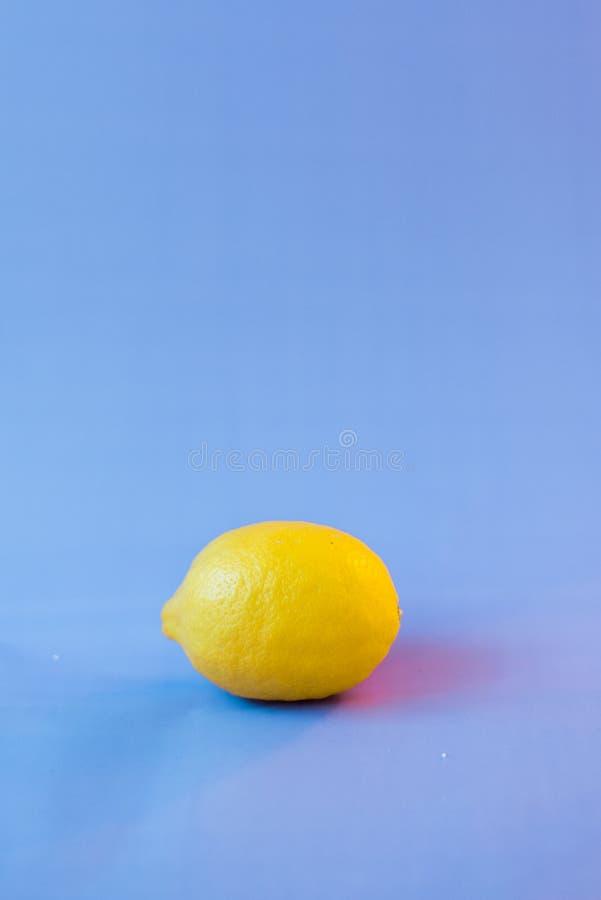 Limão fresco em um fundo borrado violeta imagens de stock