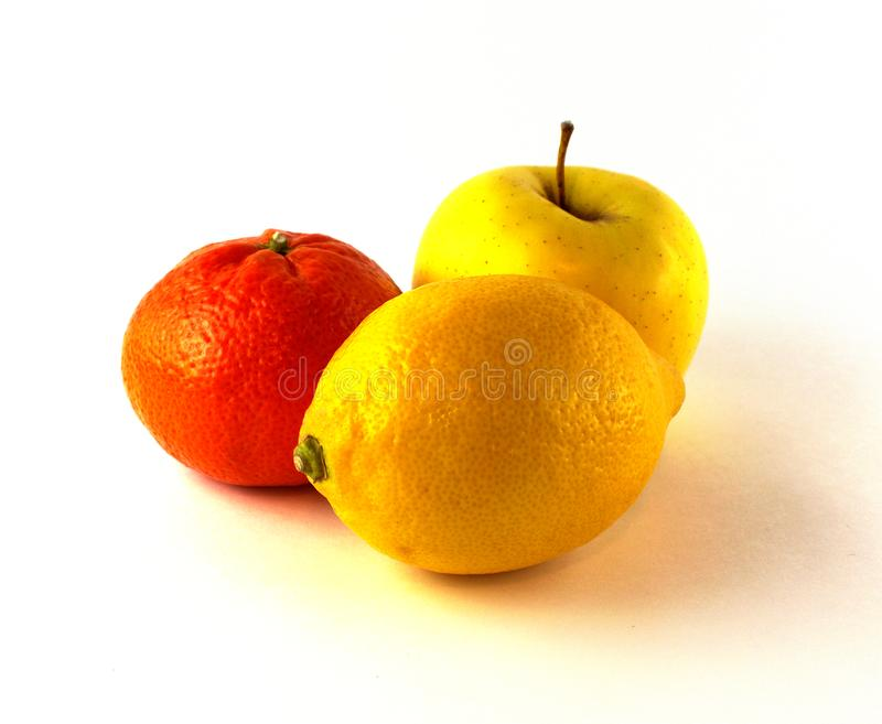Limão, mandarino e maçã em um fundo branco fotos de stock royalty free